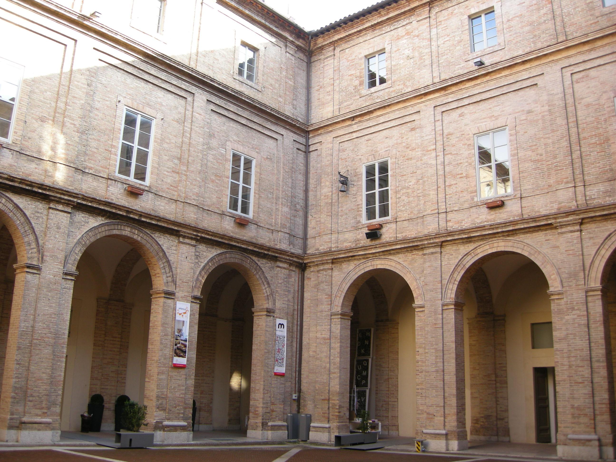 Urbino,_collegio_raffaello,_cortile